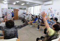 ご利用者様の前に立って体操です。皆様に運動の方法や効果が伝わるよう工夫し ています。