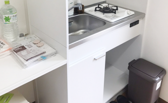 コンロ1口、電気ケトル、冷蔵庫つきの便利なキッチン